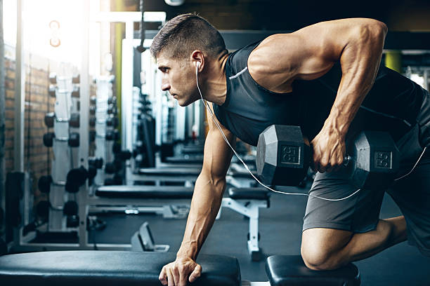 Мужчина делает упражнение на трицепс